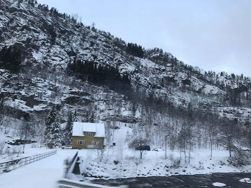 Carretera de Voss a Gudvangen noruegos en invierno