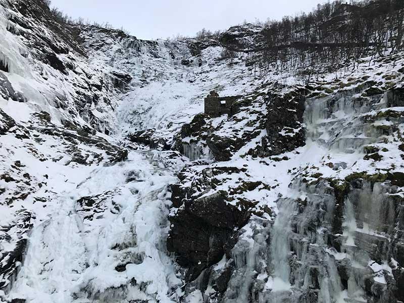 Cascada Kjosfossen congelada