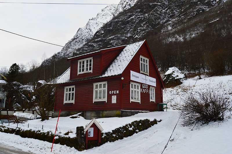 Tienda en Gudvangen noruegos en invierno