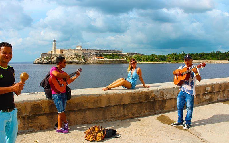 Espontáneos dedicándome una canción en el Malecón de La Habana