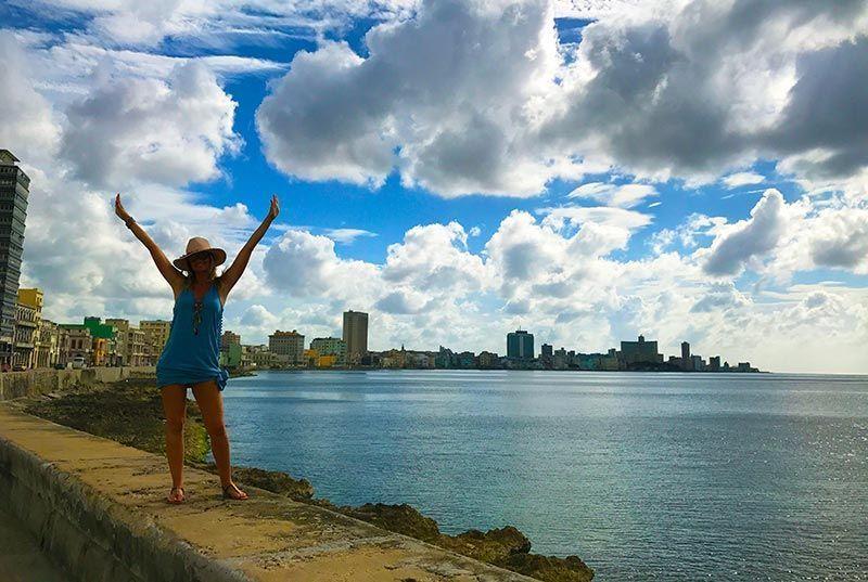 Recorriendo el Malecón de La Habana