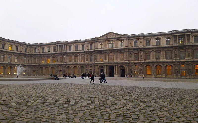 Plaza del museo de Louvre
