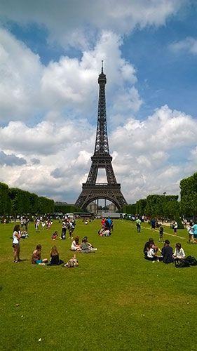 Vistas de la Torre Eiffel desde el Campo de Marte